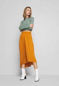 Monki - YAN PLISSE SKIRT - A-lijn rok - yellow dark - 1