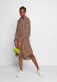 Monki - TOMI DRESS - Skjortekjole - khaki/pink - 1