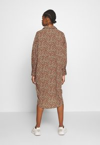 Monki - TOMI DRESS - Skjortekjole - khaki/pink - 2
