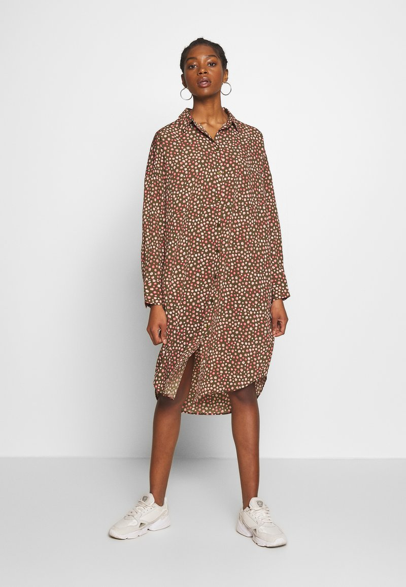 Monki - TOMI DRESS - Skjortekjole - khaki/pink