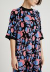 Monki - RIKA DRESS - Vestido ligero - black/red/blue