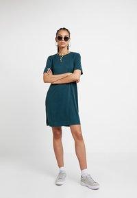 Monki - ABBIE DRESS - Robe en jersey - dark green - 1