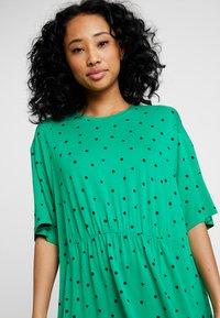 Monki - MIXI DRESS - Žerzejové šaty - green - 3