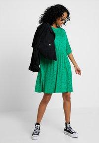 Monki - MIXI DRESS - Žerzejové šaty - green - 1