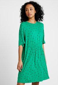 Monki - MIXI DRESS - Žerzejové šaty - green - 0