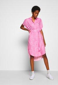 Monki - NINNI DRESS - Blousejurk - pink medium - 0