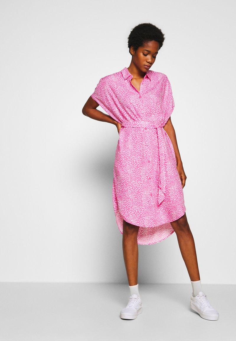 Monki - NINNI DRESS - Blousejurk - pink medium