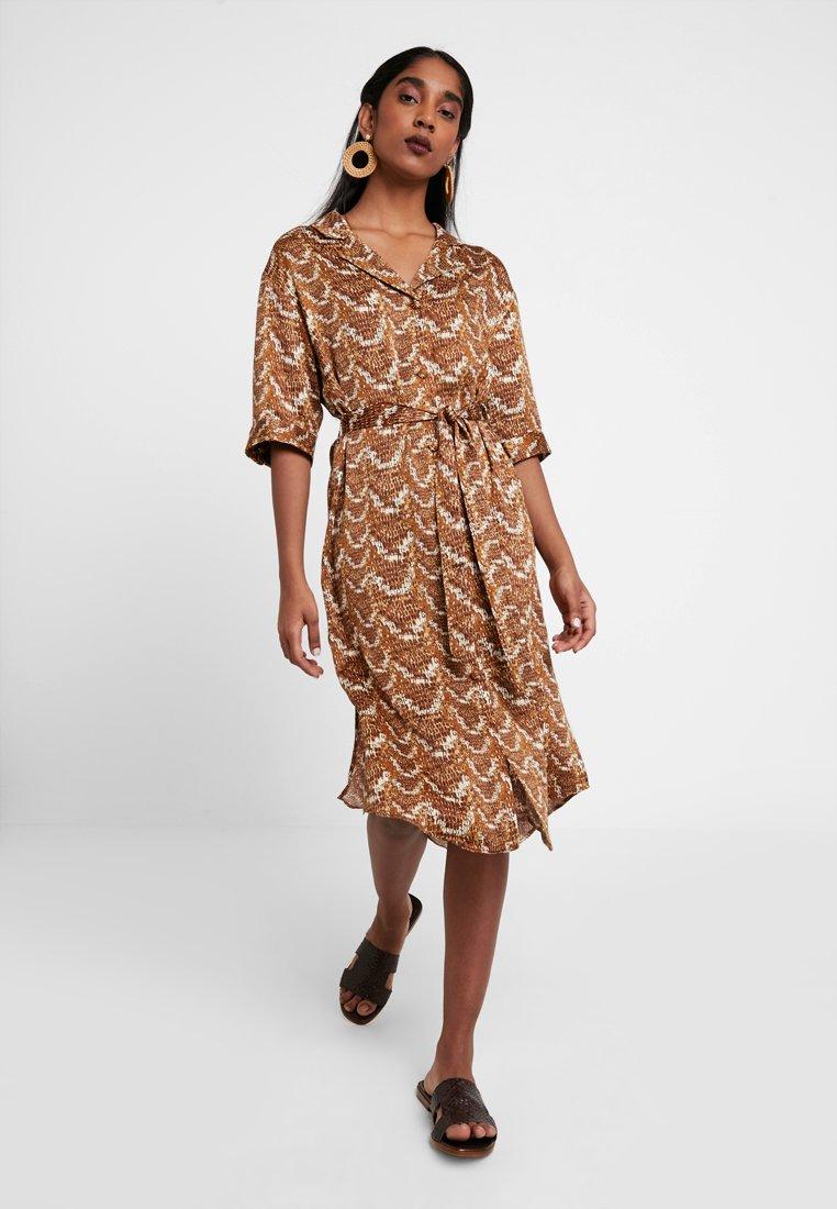 Monki - MAGGIE DRESS - Blusenkleid - brown/beige