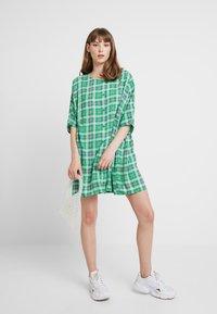 Monki - RINA DRESS ONLINE UNIQUE - Blousejurk - green - 1