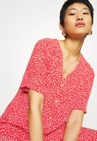 Monki - SILENA DRESS - Skjortekjole - red - 4
