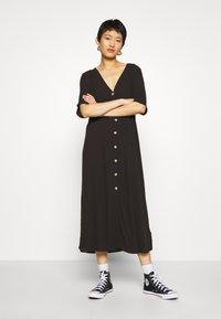 Monki - SILENA DRESS - Košilové šaty - black - 0