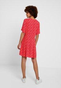 Monki - WINONA DRESS - Košilové šaty - red - 2