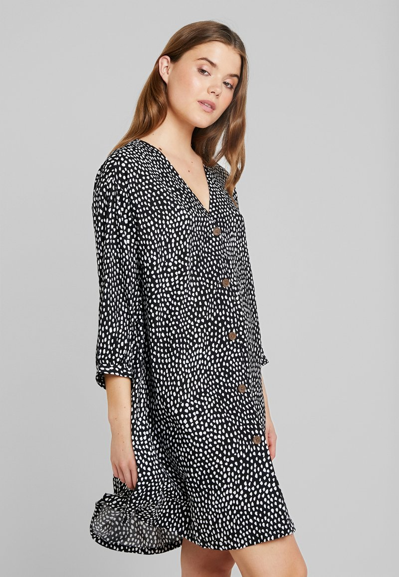 Monki - YESSA DRESS UNIQIE - Košilové šaty - black/white