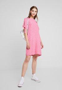 Monki - SELMA DRESS - Denní šaty - konfetti/pink - 2