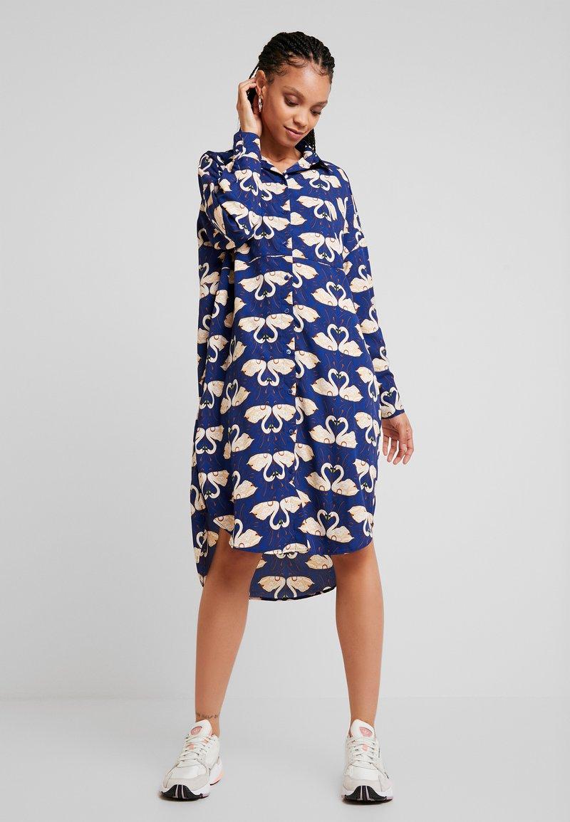 Monki - TOMI DRESS UNIQUE OL - Skjortekjole - blue