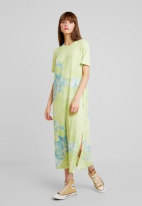 Monki - ISABELLA DRESS - Jerseykjole - tiedye light green - 0