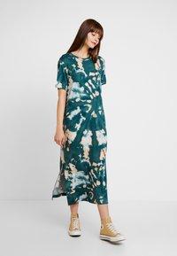 Monki - ISABELLA DRESS - Žerzejové šaty - tiedye dark - 0