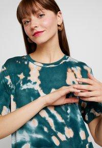 Monki - ISABELLA DRESS - Žerzejové šaty - tiedye dark - 4
