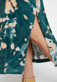 Monki - ISABELLA DRESS - Žerzejové šaty - tiedye dark - 6