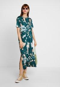 Monki - ISABELLA DRESS - Žerzejové šaty - tiedye dark - 2