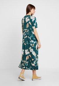 Monki - ISABELLA DRESS - Žerzejové šaty - tiedye dark - 3