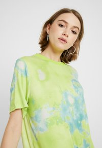 Monki - KARINA DRESS - Žerzejové šaty - tiedye light green - 5