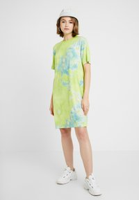Monki - KARINA DRESS - Žerzejové šaty - tiedye light green - 2