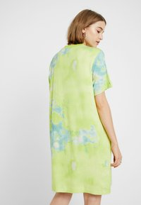 Monki - KARINA DRESS - Žerzejové šaty - tiedye light green - 3