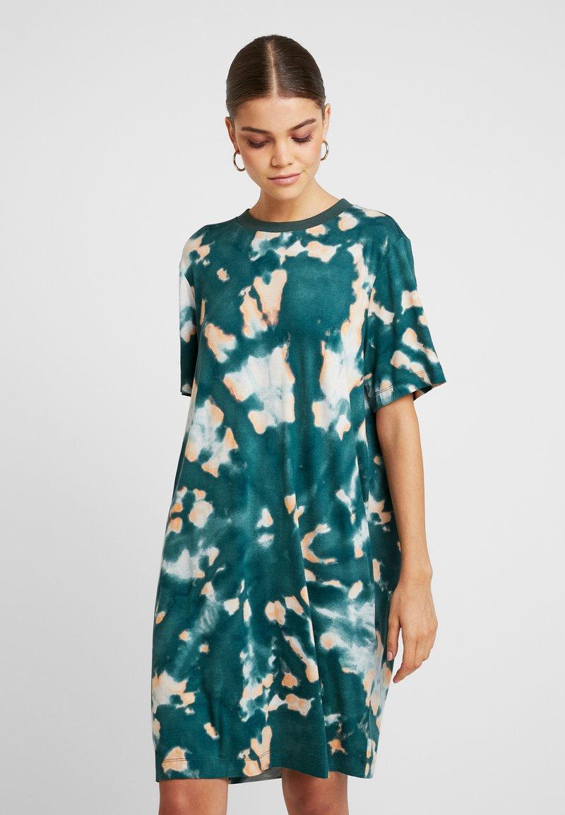 Monki - KARINA DRESS - Vestido ligero - tiedye dark