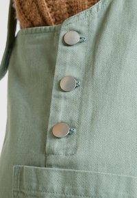 Monki - LINA WORKWEAR DRESS - Spijkerjurk - sage green - 4