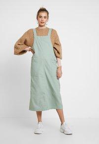 Monki - LINA WORKWEAR DRESS - Spijkerjurk - sage green - 1