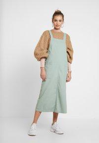 Monki - LINA WORKWEAR DRESS - Spijkerjurk - sage green - 0