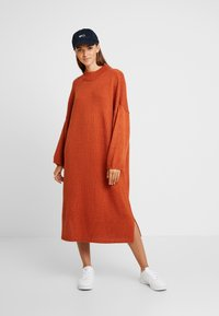Monki - MALVA DRESS - Strikket kjole - rust - 2