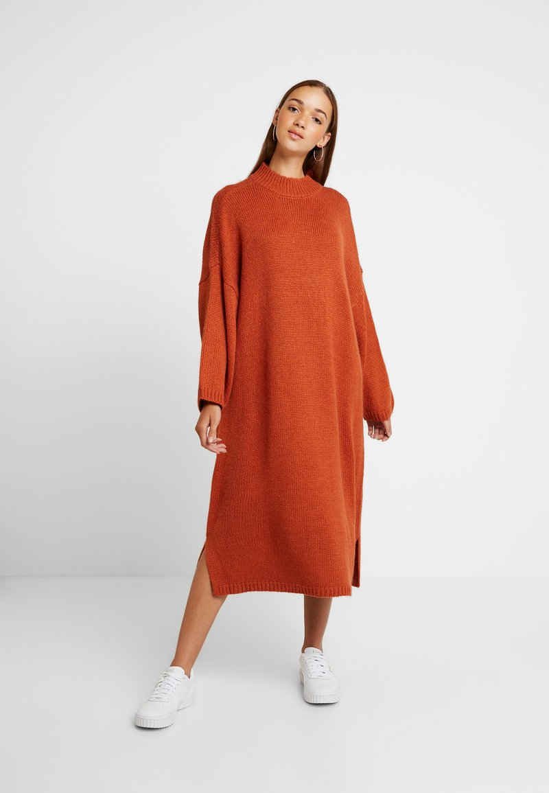 Monki - MALVA DRESS - Strikket kjole - rust
