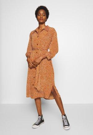 VALENTINA DRESS - Košilové šaty - rust