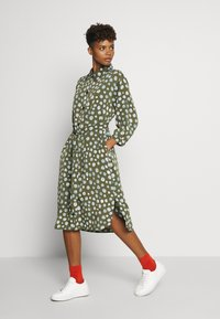 Monki - VALENTINA DRESS - Skjortekjole - khaki/blue - 1
