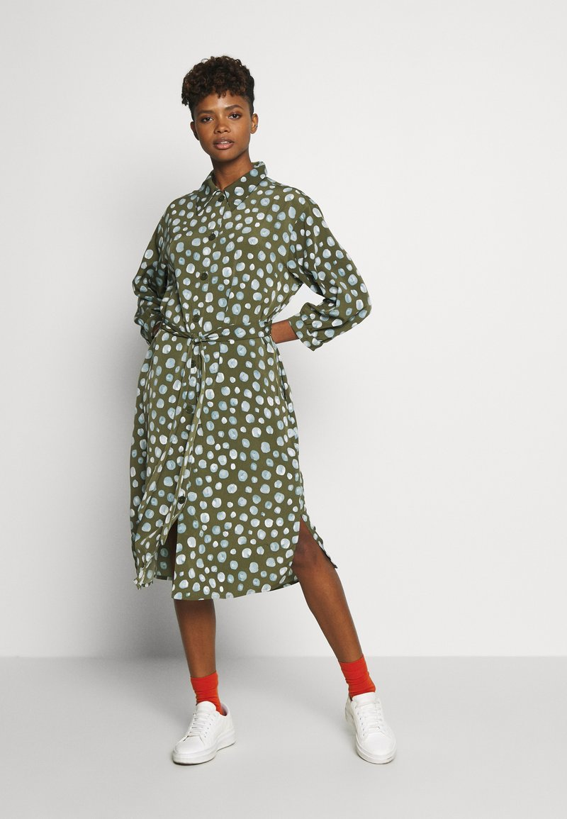 Monki - VALENTINA DRESS - Skjortekjole - khaki/blue