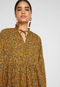 Monki - SAGA DRESS - Denní šaty - mustard/green - 5