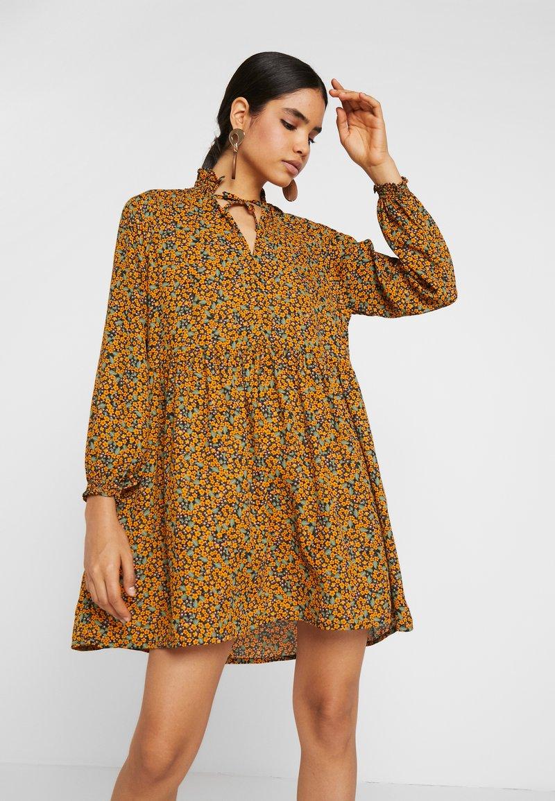 Monki - SAGA DRESS - Denní šaty - mustard/green