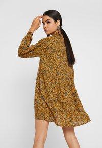 Monki - SAGA DRESS - Denní šaty - mustard/green - 3