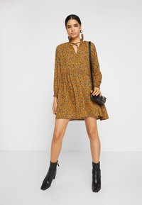 Monki - SAGA DRESS - Denní šaty - mustard/green - 2