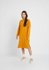 Monki - MINDY DRESS - Jerseykjole - yellow dark - 1