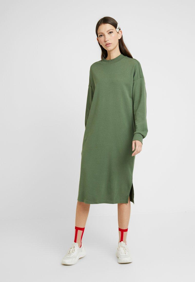 Monki - MINDY DRESS - Žerzejové šaty - sage green
