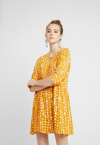 Monki - RINA DRESS - Košilové šaty - yellow dark - 0