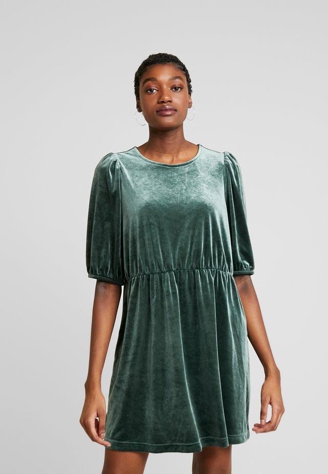 TIBBY DRESS - Denní šaty - dark green