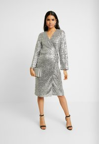 Monki - SANDRA DRESS - Cocktailklänning - silver - 2