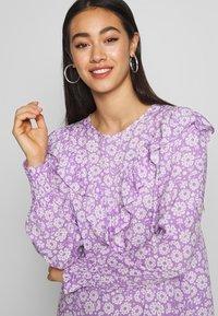 Monki - SARY DRESS - Korte jurk - lilac and white flowers - 3