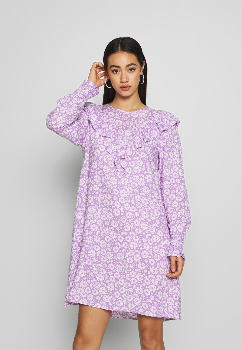 Monki - SARY DRESS - Korte jurk - lilac and white flowers