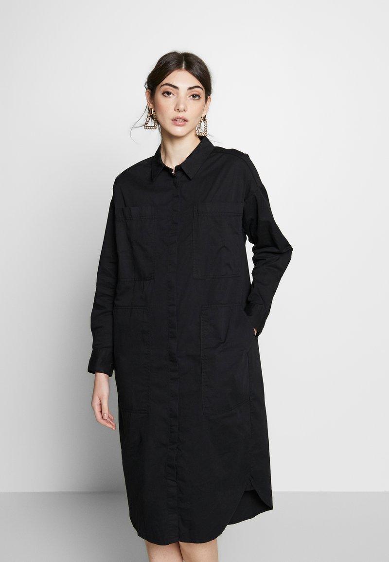 Monki - JAY POCKET DRESS - Skjortekjole - black