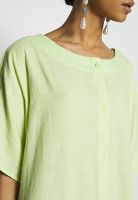 Monki - SAFIRA DRESS - Skjortekjole - light green - 5
